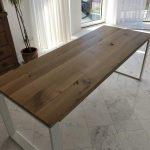Holztisch mit weißem Untergestell