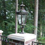 Einfahrtstor 2-flügelig mit Lampen auf Pfeiler