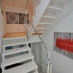 Hochglanzpoliertes Treppengeländer aus Edelstahl