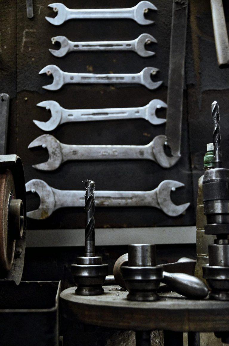 Werkzeugwand und Bohrerköpfe